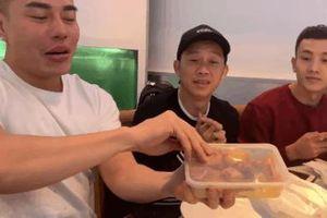 Làm gì có nghệ sĩ nào giản dị như Hoài Linh: Giữa bàn tiệc toàn sơn hào hải vị, anh vẫn quyết trung thành với… cá khô!