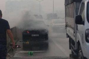 Cháy xe ô tô Mercedes, lái xe may mắn thoát nạn trong gang tấc
