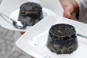 Món bánh flan mè đen lạ miệng ở TP.HCM