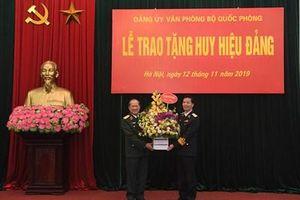 Trao Huy hiệu 40 năm tuổi Đảng tặng Thượng tướng Bế Xuân Trường