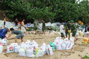 Quân đội giúp người dân miền Trung ứng phó mưa bão