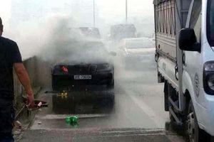 Hà Nội: Ô tô Mercedes bốc cháy trên đường vành đai 3 trên cao, tài xế thoát chết