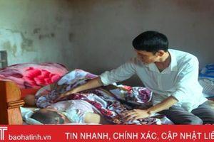 Thầy giáo nghèo nuốt nước mắt nhìn vợ tai nạn liệt giường không còn tiền chạy chữa