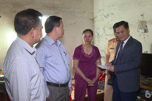 Phó Chủ tịch UBND tỉnh thăm, tặng quà nạn nhân TNGT