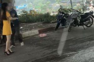 Clip: Nam thanh niên cầm dao truy đuổi 2 cô gái trên phố Hà Nội
