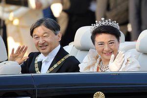 Nhật hoàng Naruhito và Hoàng hậu diễu hành trên xe mui trần đặc biệt