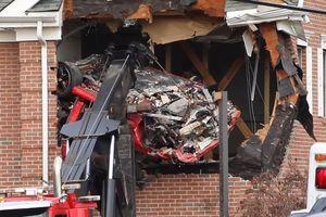 Porsche bay lên đâm thủng tầng 2 tòa nhà, 2 người trong xe thiệt mạng