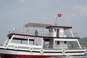 Hạ thủy tàu khách vỏ composite, thiết kế 2 tầng