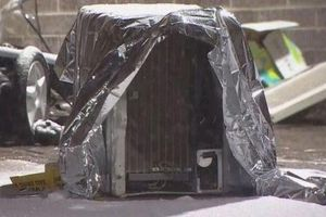 Máy điều hòa không khí rơi trúng xe đẩy, bé 2 tuổi chết oan uổng