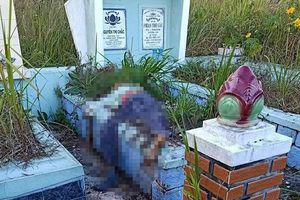 Đi viếng mộ, rợn người phát hiện thi thể úp mặt lên ngôi mộ