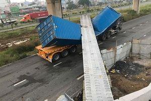 TPHCM: Xe container kéo sập cầu bộ hành vừa lắp đặt