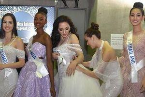 Khoảnh khắc đẹp: Tường San cúi người chỉnh váy cho Hoa hậu Indonesia ở hậu trường