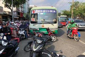 Xe buýt 'hạ gục' hàng loạt xe máy dừng đèn đỏ