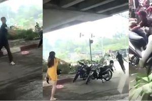 Clip cầm dao truy sát 2 cô gái dưới cầu Dậu, kẻ thủ ác bị thanh niên xăm trổ quật ngã