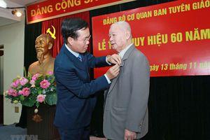 Trao tặng Huy hiệu 60 năm tuổi Đảng cho ông Lê Xuân Tùng