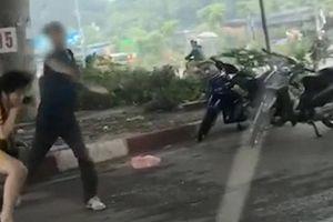 Kinh hoàng cảnh gã đàn ông vung dao truy sát 2 cô gái tại Hà Nội