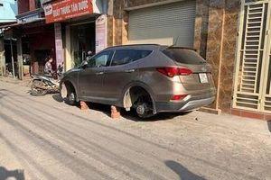 Đỗ ngoài đường, ô tô bị kẻ gian trộm mất 2 bánh