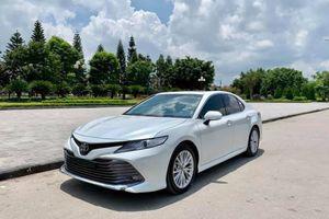 Toyota Camry 'áp đảo' Honda Accord, Mazda6 trong cuộc đua doanh số