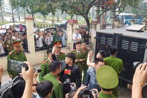 Hàng trăm người hiếu kì đến phiên tòa xử Khá 'bảnh'