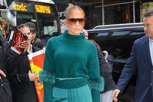 Jennifer Lopez trang điểm màu nude, vui vẻ đi dự sự kiện cùng con gái
