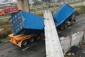 Xe container kéo sập dầm cầu bộ hành tại TP.HCM