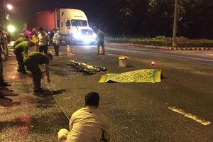Vượt đèn đỏ, nam sinh viên bị container tông tử vong