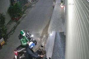 Mặc áo Grab chở đồng bọn gí dao cướp xe máy