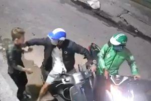 Kẻ cướp dí dao vào cổ nạn nhân lấy Vespa