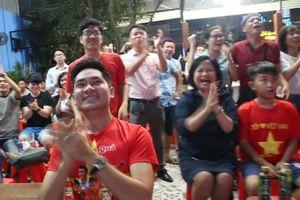 Nghệ sĩ, CĐV vui mừng sau bàn thắng đẳng cấp của Tiến Linh