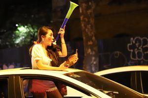Nữ CĐV ăn mừng tuyển Việt Nam chiến thắng