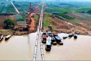 Dân gánh lãi ngân hàng qua giá nước sông Đuống