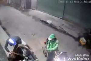 Hai thanh niên dùng dao, bình xịt hơi cay tấn công người dân để cướp tài sản táo tợn