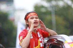 Mặc mưa gió, hàng trăm CĐV ra đường tiếp lửa cho tuyển Việt Nam