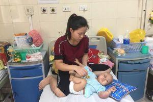 Bố mẹ nghèo khóc nghẹn xin cứu con trai 3 tháng tuổi nguy kịch vì ung thư
