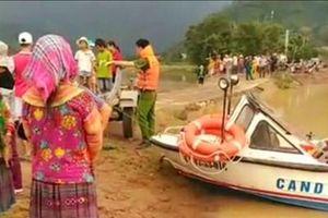 Người đàn ông bị nước lũ cuốn mất tích khi bơi ra sông bắt rắn