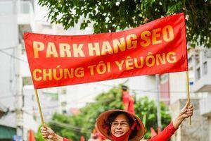 Chùm ảnh: CĐV Việt Nam diễu hành 'tiếp lửa' trước trận đấu Việt Nam gặp UAE