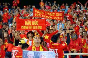 CĐV Việt Nam bày tỏ tình yêu với bầu Đức trên sân Mỹ Đình