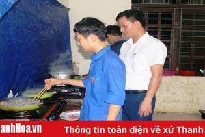 Thầy cô giáo góp tiền mua gạo nuôi học sinh nghèo