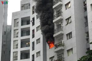 Cháy tầng 6 chung cư giữa Thủ đô, cư dân hoảng loạn tháo chạy