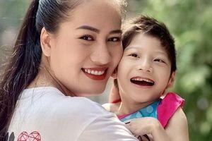 9 năm nuôi con bại não, Minh Cúc: 'Cứ cười lên cho thoải mái, khóc ai thương?'