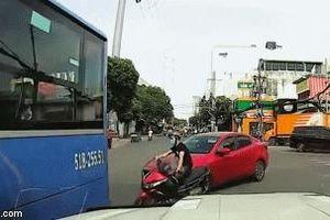 Vào cua ẩu, ô tô đâm trúng thanh niên chạy xe máy, khoảnh khắc tài xế hạ kính xuống gây bất ngờ