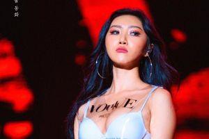 Nữ ca sĩ Hàn chuộng mốt thả rông, hở nội y trước công chúng