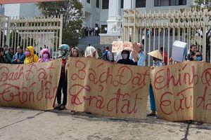 Đà Nẵng: Hoãn xét xử do nguyên đơn Bách Đạt An vắng mặt, dân căng băng rôn phản đối