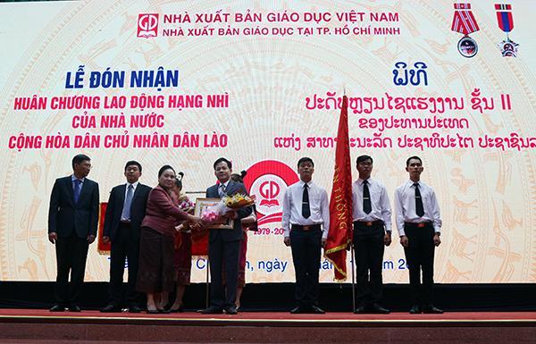 NXB Giáo dục tại TP.HCM đón nhận Huân chương Lao động hạng II của Nhà nước Lào