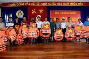Bộ tư lệnh Vùng 3 Hải quân thăm, tặng quà ngư dân huyện đảo Lý Sơn