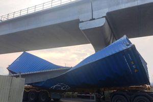Xe container kéo sập dầm cầu vượt đi bộ: Hé lộ yếu tố bất ngờ?