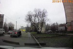Cãi vã trên xe, cô gái bay khỏi ô tô Chevrolet đang chạy