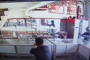 Clip nổ súng cướp tiệm vàng ở vùng ven TP Hồ Chí Minh chỉ trong 30 giây