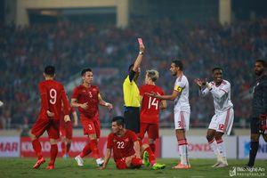Cầu thủ UAE xứng đáng nhận thẻ đỏ vì phạm lỗi với Tiến Linh