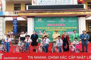 Trao nhiều phần quà ý nghĩa cho học sinh các trường học ở Hà Tĩnh